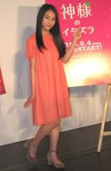 この日は鮮やかなオレンジのワンピース姿で登場した久保田。(C)De-View