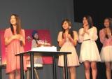 会見の終わりに、バースデーケーキとともに登場した劇団ハーベストのメンバー。3人は今回のドラマにも出演。(C)De-View