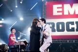 吉井和哉ボーカルでBOΦWYの代表曲「Dreamin'」をセッションした布袋寅泰(右)(写真・山本倫子)