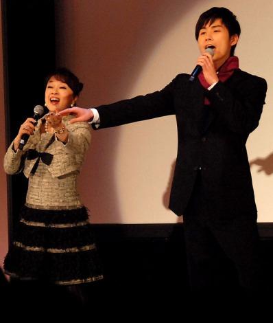 新人歌手・川上大輔(右)のデビューイベントでデュエットしたジュディ・オング (C)ORICON DD inc.