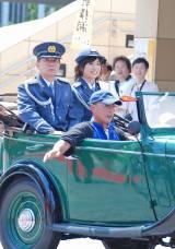 クラシックカーに乗って交通安全パレードする南沢奈央 (C)ORICON DD inc.