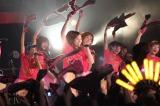 上原あさみ(左から3番目)の東京ラスト公演。超満員のリキッドルームにLinQタオルが翻る(C)De-View