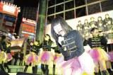 東京・新宿ステーションスクエアで行われたイベントに登場したLinQ(1月30日)