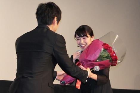 西島秀俊が竹内結子にサプライズでバラの花束をプレゼント。バレンタインデーに受け取ったチョコのお返しとのこと (C)ORICON DD inc.