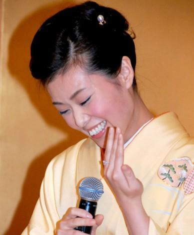照れながら指輪を見せる波野瓔子さん=尾上菊之助との婚約報告会見の様子 (C)ORICON DD inc.