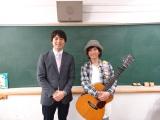 ダイスケ(右)の新曲「スケッチブック」のミュージックビデオに出演した桝太一アナ