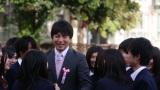 ダイスケの新曲「スケッチブック」のミュージックビデオで、卒業する生徒たちを送り出す教師役で初めての演技を披露した桝太一アナウンサー