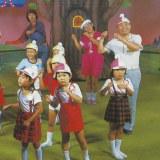 5代目メンバー(左奥から)体操のおにいさん(宮澤芳春)、井上佳子おねえさん、しんぺいちゃん