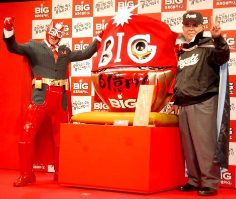 『2013年スポーツ振興くじ販売開始』記者発表会に出席(左から)高田純次、野村克也氏 (C)ORICON DD inc.