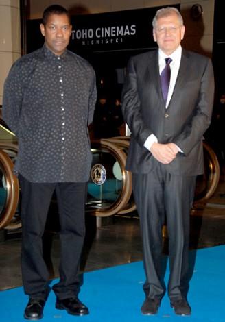 映画『フライト』ジャパンプレミアのブルーカーペットに登場した(左から)デンゼル・ワシントン、ロバート・ゼメキス監督 (C)ORICON DD inc.