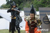 """一見、三谷幸喜氏とはわからない見事な""""マロ眉毛""""で今川義元を演じきった。銃を突きつけるのは女信長の天海祐希"""