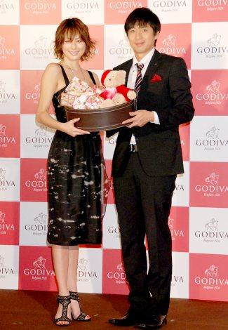 ゴディバのホワイトデーイベントに出席した(左から)米倉涼子、チュートリアル・徳井義実 (C)ORICON DD inc.