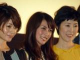 公開初日を迎え笑顔の柴咲コウ(中央)、真木よう子(左)、寺島しのぶ(右) (C)ORICON DD inc.