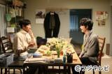 3月7日放送のドラマ『最高の離婚』第9話の場面写真。光生の部屋に諒がやって来る