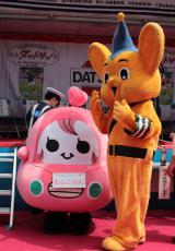 交通安全イベント『品川クラシックカーレビューイン港南』の合間に談笑するむじこりんとピーポくん