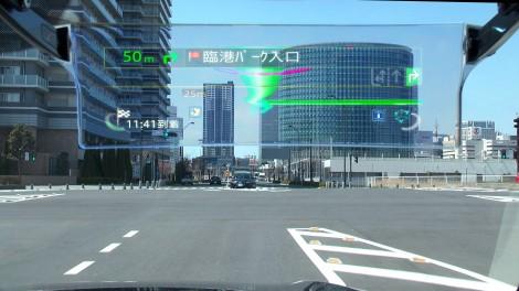 フロントガラスの向こう側に情報が表示される(画像はHUDドライバーモード)