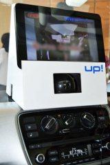 『up!』車内のエアコンディショナー上に設置されたカメラとカラオケ画面 (C)ORICON DD inc.