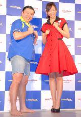 『第31回東京オートサロン2013』の日本グッドイヤーブースに登場した(左から)スギちゃん、吉木りさ (C)ORICON DD inc.