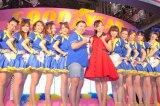 『第31回東京オートサロン2013』に登場した(中央左から)スギちゃん、吉木りさ (C)ORICON DD inc.