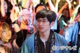 3月14日放送の『最高の離婚』のワンシーン。でんぱ組.incのライブに見入ってしまう光生(瑛太)