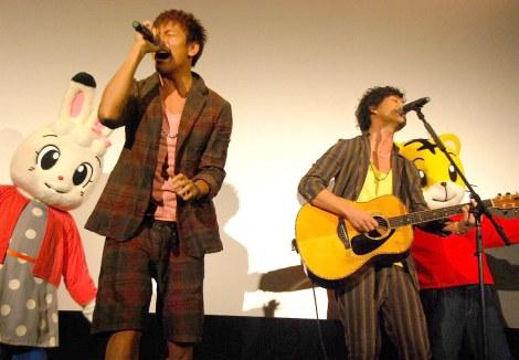 主題歌「歩」を披露したキマグレンの(左から)KUREI、ISEKI=映画『しまじろうと フフの だいぼうけん』初日舞台あいさつ (C)ORICON DD inc.