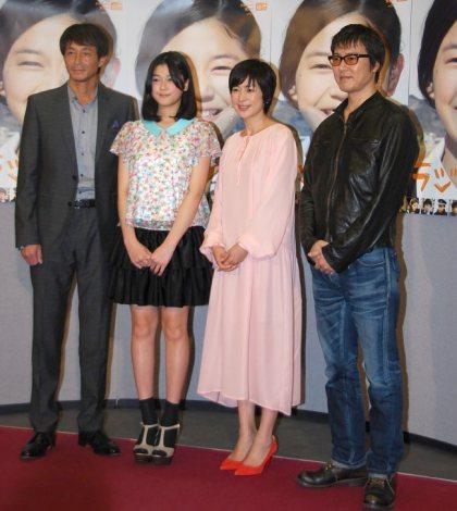 NHK特集ドラマ『ラジオ』の完成試写会に出席した(左から