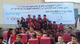 届いたランドセルを抱え、笑顔をみせるアフガニスタンの子どもたち