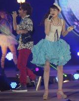 『Girls Award 2013 SPRING/SUMMER』で熱唱するmihimaru GT(左がmiyake、右がhiroko) 撮影:鈴木かずなり (C)ORICON DD inc.