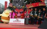 『ふるさと祭り東京2013』記者発表会に出席した(左から)ゆるキャラのバリィさん、(左から)生野陽子アナウンサー、小倉智昭 (C)ORICON DD inc.