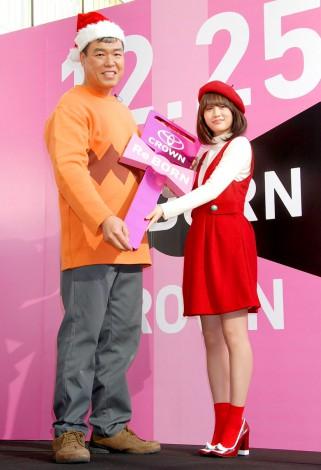 トヨタ新型『クラウン』発表プレイベントにゲストで出席した(左から)小川直也、前田敦子 (C)ORICON DD inc.