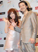 笑顔で手を振る(左から)前田敦子、金子ノブアキ (C)ORICON DD inc.
