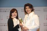 女性客にサプライズでバラをプレゼントする三浦春馬 (C)ORICON DD inc.