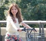 """""""あみたん""""と命名した愛自転車に乗るくみっきー (C)ORICON DD inc."""