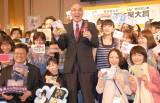 『2013年本屋大賞』を受賞した百田尚樹氏(中央)と全国の書店員 (C)ORICON NewS inc.