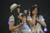 昇格し涙する江籠裕奈(右) (C)AKS