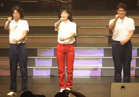 「あたりまえ体操AKBバージョン」を初披露したAKB48・大家志津香(中央)とCOWCOW=『AKB48 リクエストアワーセットリストベスト100 2013』初日公演 (撮影:鈴木かずなり)