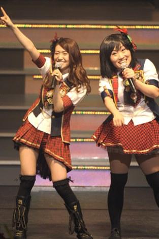 ライブイベント『AKB48 リクエストアワーセットリストベスト100 2013』の3日目公演に登場し、大島優子とコラボ (撮影:鈴木かずなり)