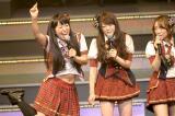ライブイベント『AKB48 リクエストアワーセットリストベスト100 2013』の3日目公演に登場した八幡カオルにたじたじの峯岸みなみ(撮影:鈴木かずなり)