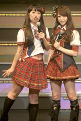 ライブイベント『AKB48 リクエストアワーセットリストベスト100 2013』の3日目公演に登場した八幡カオルにたじたじの峯岸みなみ (撮影:鈴木かずなり)