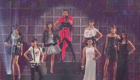 サムネイル 『第16回 東京ガールズコレクション 2013 S/S』のオープニングを飾った安室奈美恵(最上段中央)。香里奈、土屋アンナ、菜々緒らモデルも華を添えた