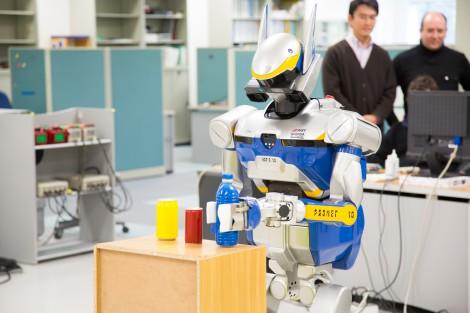 脳波で動く「HRP-2」。『嵐の明日に架ける旅 〜希望の種を探しに行こう〜』は3月27日放送(C)NHK