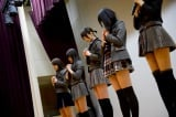 AKB48の篠田麻里子らは岩手県陸前高田市を訪れ、黙とうを捧げた (C)AKS