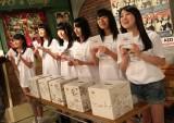 AKB48劇場で義援金を募ったメンバー (C)AKS