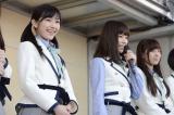 被災地を訪問したAKB48=宮城県女川町(写真は左から渡辺麻友、島崎遥香) (C)AKS
