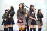 大島優子(中央)らが岩手県大槌町の吉里吉里中学校体育館で復興支援ライブを行った (C)AKS
