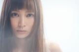 主題歌「恋の魔力」を歌うKOH+のボーカル・柴咲コウ