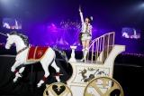 全長4メートルの馬車「お奈々キャップ-GRACE FORM-」に乗って中央ステージに移動