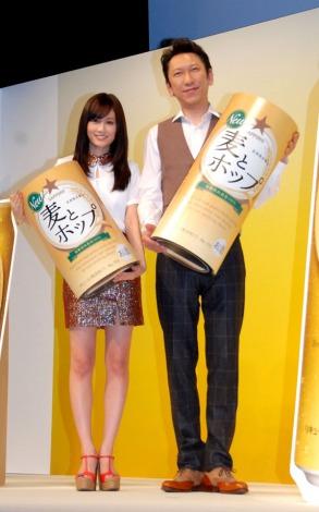 サッポロの新ジャンルアルコール飲料『麦とホップ』の2013年イメージキャラクターに起用された(左から)前田敦子と布袋寅泰 (C)ORICON DD inc.