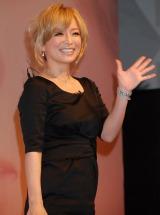 最新アルバム『LOVE again』発売記念イベントでファンの声援に応える浜崎あゆみ (C)ORICON DD inc.