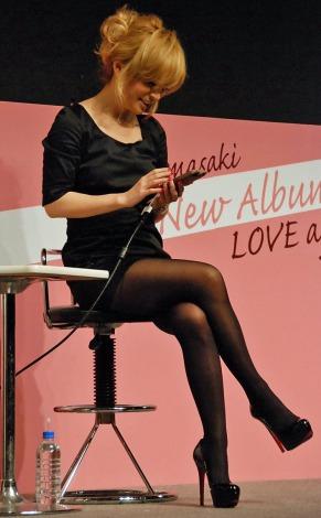 最新アルバム『LOVE again』発売記念イベントで『LINEバブル』をプレイする浜崎あゆみ (C)ORICON DD inc.